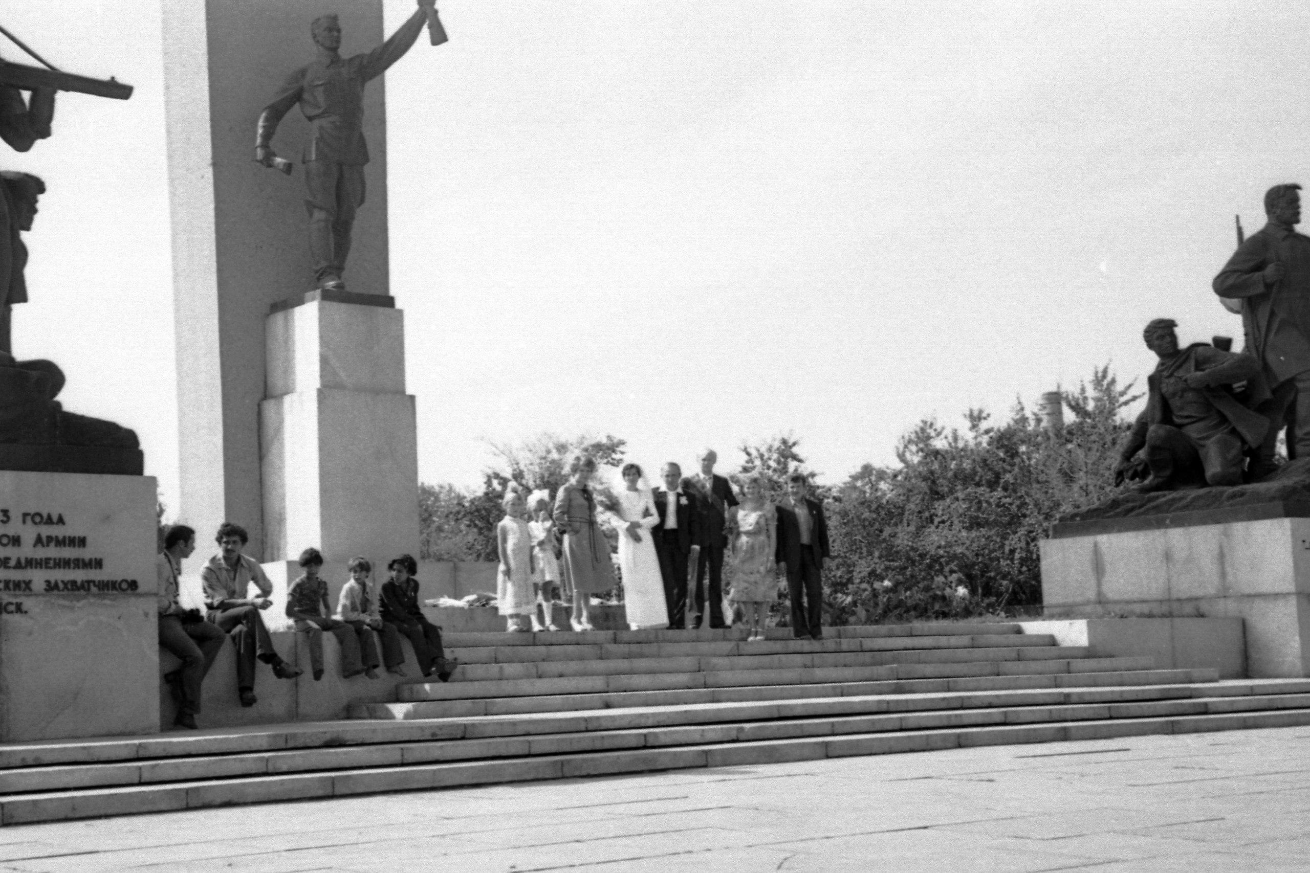 Новобрачные у памятника