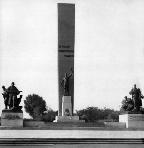 Памятник на Площади Партизан, 1960-е гг.