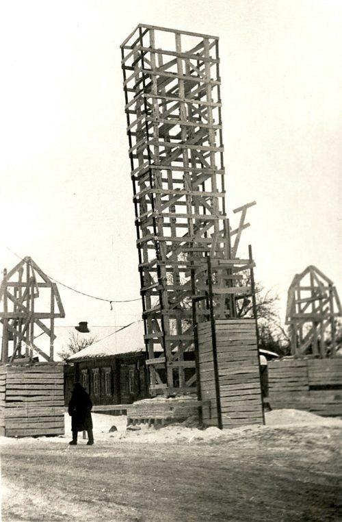 """Строительство макета памятника Зима 1965-1966 г. © из коллекции """"Брянск глазами разных поколений"""""""