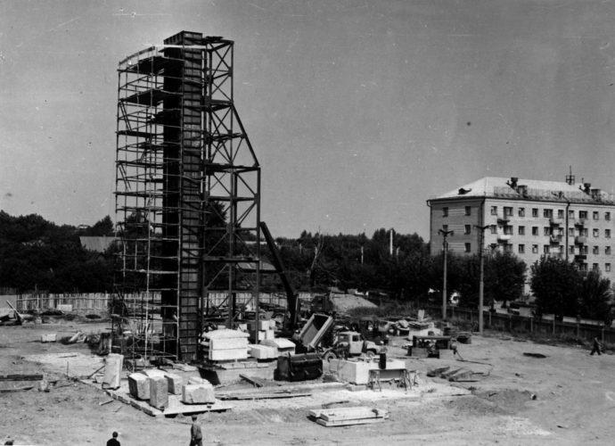 Строительство памятника. Июль 1966 г. © ГАБО, опись фотопозитивов, ед. хр. 1099.