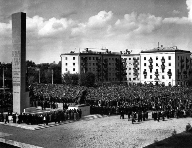 Открытие памятника войнам и партизанам. 17 сентября 1966 г. © ГАБО, опись фотопозитивов, ед. хр. 1672.